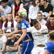 Pascal Schürpf (links gegen Eintracht Frankfurts Tuta) trägt Luzerns Captainbinde mit «grossem Stolz». (Bild: Alexandra Wey/Keystone (Biel, 12. Juli 2019)