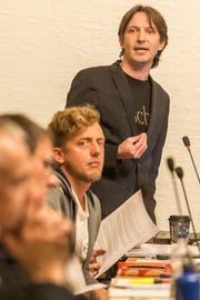 Die SPler Etrit Hasler (stehend) und Peter Olibet während der Budgetdebatte 2017 im Waaghaus. (Bild: Hanspeter Schiess - 12.12.2017)