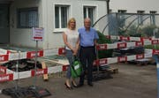 Die Initianten Miriam Löffel und Hans Riethmann stehen vor dem Gemeindehaus, wo sie Einfluss nehmen wollen. (Bild: PD/Tägerwiler Stimme)