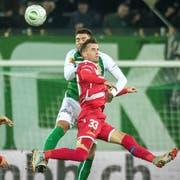 Ermir Lenjani, bedrängt vom St.Galler Slimen Kchouk, überzeugte im Cupspiel. (Bild: Michel Canonica)
