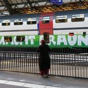 Die Anti-SVP-Parole auf einem SBB-Doppelstöcker am Mittwochnachmittag im St.Galler Hauptbahnhof.