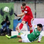 St.Gallens Débutant Victor Ruiz im Kampf um den Ball gegen den Thuner Captain Stefan Glarner. (Bild: Eddy Risch/KEY)