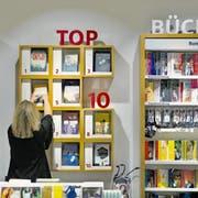 Mehr als nur Bestseller: Die Schweizer Buchhandlungen behaupten sich mit breitem Sortiment und Beratung gegen die Konkurrenz von Amazon. (Bild: Gaetan Bally/Keystone)