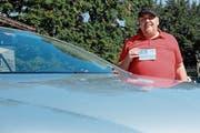 Neben seinem Cabrio: Arnold Speier mit seiner Parkkarte für gehbehinderte Personen. (Bild: Rahel Haag)