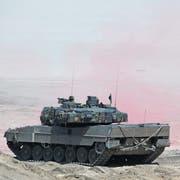 Der Leopard 2, hier bei einem Nato-Manöver in Polen, ist das Prunkstück der deutschen Waffenindustrie. Mehr als 3000 Stück wurden bisher an 16 Nationen verkauft. (Bild: Sean Gallup/Getty Images, Zagan, 12. Juni 2019)