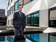 Professor Christoph A. Schaltegger vor der Universität Luzern. (Bild: Philipp Schmidli, 16. April 2019)