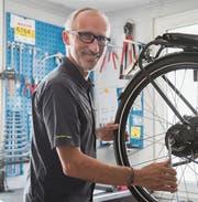 Velomechaniker Harry Ramsauer in seiner Werkstatt an der Zürcher Strasse. )Bild: Adriana Ortiz Cardozo)