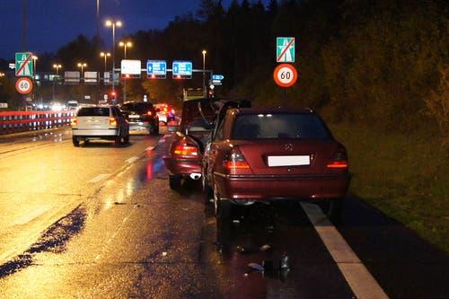 Baar - 13. NovemberBeim Autobahnende der A4a in Walterswil ist ein Autofahrer in eine stehende Kolonne gefahren. Verletzt wurde niemand, zwei Fahrzeuge erlitten Totalschaden. (Bild: Zuger Polizei)