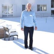 Daniel Gehrig, der neue Heimleiter des Pflegeheims Hofwis in Mosnang, ist ob seiner verantwortungsvollen Stelle zwar nervös, kalte Füsse bekommt er aber nicht. Hier steht der 52-Jährige inmitten des verschneiten Demenzgartens des Heims. (Bild: Timon Kobelt)