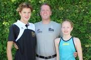 Die schwimmbegeisterte Familie Rutishaus aus Berg TG mit Sohn Lennox, Vater Marc, der Organisator des Umblin-Cups ist, und Tochter Madison. (Bild: Manuela Olgiati)