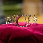 Diese Krone ziert den Kopf der aktuellen Thurgauer Apfelkönigin Marion Weibel. (Bild: Stefan Beusch)
