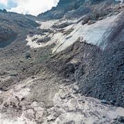 Eisflächen lösen sich ab, Wasser rinnt herunter: Der Pizolgletscher wird in den nächsten Jahren verschwinden. (Bild: Thomas Hary, 10. September 2018)
