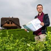 Stefan Moser (57) vermittelt beim Hochwasserschutzprojekt an der Reuss zwischen dem Kanton und Bauern. Hier steht er bei der Liegenschaft Althof, welche als Realersatz zu Verfügung steht. (Bild: Philipp Schmidli (Ebikon, 7. September 2018))