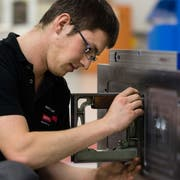 Arbeiter an einer Werkzeugmaschine bei Starrag. (Bild: PD)