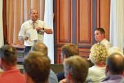 Gemeindepräsident Max Vögeli erläutert den Besuchern im Rathaussaal die Revision der Gemeindeordnung. (Bild: Mario Testa)