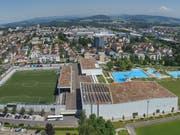Auf dem Dach der Eishalle (im Vordergrund rechts) wird ab Frühling 2019 eine rund 600 Quadratmeter grosse Fotovoltaikanlage erstellt. (Bild: PD)