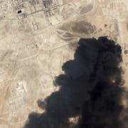 Die Angriffe haben Saudi-Arabien schwer getroffen, selbst aus dem All sind die Rauchsäulen zu sehen. (Bild: EPA)