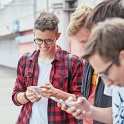 Die App der PH Zug und Samsung sollen Schüler dort abholen, wo sie stehen: am Smartphone. (Bild: Symbolbild: Christopf Schürpf/Keystone)