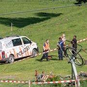 Die von der Polizei abgesperrte Unfallstelle nach dem Unglück bei den Revisionsarbeiten, fotografiert am Mittwoch, 5. Juni 2019. (Bild: Keystone/Urs Flüeler)