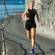 Die 43-jährige Nicole Lütolf beim Training auf der Kehrsitenstrasse am Ufer des Vierwaldstättersees in Stansstad.