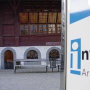 Das Infocenter befindet sich in einem Bohlenständerhaus. (Bild: Max Eichenberger)
