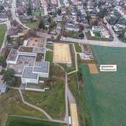Am rechten Rand der Schulanlage Huben unterhalb des neuen Kindergartens soll das Provisorium zu stehen kommen. (Bild: Olaf Kühne/Bildbearbeitung: Selina Buess)