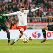 Polens Superstar Robert Lewandowski (Mitte) «beschützt» den Ball im Duell mit zwei nigerianischen Spielern. (Bild: Tomasz Folta/Getty (Breslau, 23. März 2018))