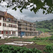 Blick auf den Erweiterungsbau beim Sunnehügel in Schüpfheim, der noch eingerüstet ist. (Bild: Boris Bürgisser, 2. Mai 2018)