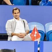 Roger Federer schaut sich das Spiel von Belinda Bencic in Perth an. (Bild: EPA/ Tony McDonough (Perth, 3. Januar 2019))