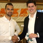 Mario Röthlisberger (rechts) mit Kevin Indelicato, seinem Nachfolger als Präsident der Jungen CVP. (Bild: Kurt Liembd, Büren, 5. April 2019)