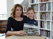Daniela Wiesli mit Sohn David und einem Wilener Erinnerungsbuch, welches sie mit zahlreichen Helfern erarbeitet hat. (Bild: Christoph Heer)