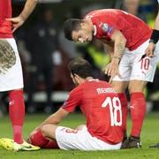 Admir Mehmedi, Mitte, wurde beim Spiel verletzt. (Bild: Keystone/Laurent Gillieron, 15. Oktober 2019)