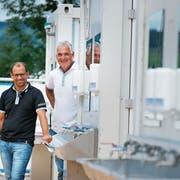 Markus Niedermann (rechts) und Stefan Abt sind für sämtliche Sanitäranlagen des Esaf zuständig. (Bild: Stefan Kaiser, Zug, 13. August 2019)