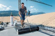 Simon Amrein bei der Arbeit auf einer Baustelle in Sachseln. (Bild: Corinne Glanzmann (25. Juli 2018))