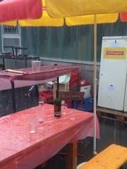 Überraschendes Gewitter: Was am Samstag ein Fest in Grabs unter Wasser setzte, wäre fürs St.Galler Kinderfest der Super-Gau. (Bild: Reto Voneschen)