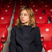 Die Künstlerin Lara Stoll auf der Tribüne des Stadions Schützenwiese; sie ist ein grosser Fan vom FC Winterthur. (Bild: Andrea Stalder)