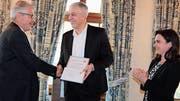 AWG-Präsident Bruno Schlauri überreicht Oliver Vietze die Preisträger-Urkunde. Ehefrau Kristiane Vietze applaudiert. (Bild: Christof Lampart)