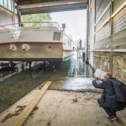 Stück für Stück ziehen zwei Stahlseile den Hellingwagen mit dem Motorschiff Arenenberg aus dem Rhein. (Bild: Reto Martin)