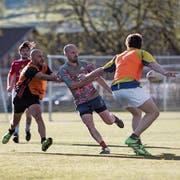 Beim Touch-Rugby-Training auf der Luzerner Allmend nahmen 22 Frauen und Männer teil. (Bild: Manuela Jans-Koch, Luzern, 25. April 2019)
