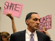 """Protest gegen den Lehman Brothers-Chef Richard Fuld Jr. bei seiner Aussage vor einem US-Parlaments-Kommission.as he prepares to testify before the House Committee on Oversight and Government Reform's hearing on 'The Causes and Effects of the Lehman Brothers Bankruptcy' on Capitol Hill in Washington, D.C. USA 06 October 2008. Fuld blamed the bankruptcy of his company on a """"lack of confidence"""" saying that he and other executives did everything they could to protect the failed investment bank. (KEYSTONE/EPA/SHAWN THEW) Bild: Shawn Thew/EPA (Washington D. C., 6. Oktober 2008)"""