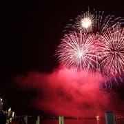 Das grosse Feuerwerk auf dem Urnersee in Flüelen findet trotz Feuerverbot am Dienstagabend statt. (Bild: Manuela Jans, Flüelen, 31. Juli 2014)