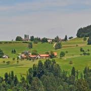 Im Vordergrund der Weiler Rupperswil, der an der Strasse zwischen Tüfrüti und Bazenheid liegt. Hinten der Weiler Hüsligs mit dem Kaiserhügel, auf dem 1912 die Kaisermanöver stattfanden (ganz links). (Bild: Beat Lanzendorfer)
