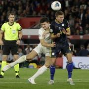 Kosovo-Nationalspieler Idriz Voca (rechts) im Kampf um den Ball gegen den Engländer Harry Maguire. (Bild: Matt Dunham/AP, Southampton, 10. September 2019)