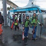 Gut gelaunt und bereit für die Pisten: Die ersten Passagiere der neuen Pendelbahn kamen am Samstag im Skigebiet Disentis an. (Bild: PD)