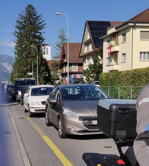 Stau auch auf der Buochserstrasse. (Bild Markus von Rotz)