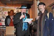 Zeremonienmeister Hannes Zumstein mit Zeichner Urs Krähenbühl an der «Pranger Rätschätä». (Bilder: Philipp Unterschütz (Sarnen, 8. Februar 2019))