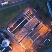 Blick von oben auf die Abwasserreinigungsanlage nahe der Autobahn A1 in Niederuzwil.(Bild: Peter Dotzauer/Bildform Henau)