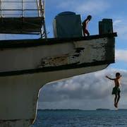 Im Hintergrund die Inseln von Tuvalu. Wird der Meeresspiegel-Anstieg nicht gestoppt sind diese Inseln dem Untergang geweiht. (Bild: Fiona Goodall/Getty Images)