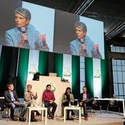 Sein grösstes Projekt in St.Gallen: Milo Rau (ganz links) diskutiert auf dem Podium zu seinem Stück «City of Change» mit Lukas Reimann, Karin Keller Sutter und Cédric Wermuth. (Bild: Ralph Ribi, Lokremise, 28. Mai 2011)