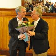 Erich Ettlin (links) nimmt von Parteipräsident Bruno von Rotz die Glückwünsche zur Nomination entgegen. (Bild: Philipp Unterschütz, Sarnen, 9. Januar 2019)